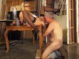 El pintor le abre las piernas a la señora y se lo come - Amas De Casa