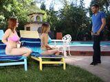 Mi hermana y yo tonteamos con un vecino en la piscina - Trios