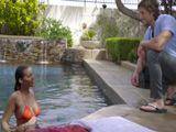 Casada tontea en la piscina con el joven socorrista - Casadas
