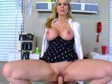 La doctora Julia Ann botando sobre la polla de un paciente - HD