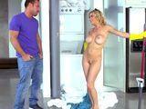No me lo puedo creer, la chacha limpiando desnuda !! - HD