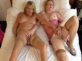 Madre e hija se echan la siesta juntas para tocarse ... - Incestos