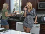 Madre e hija tonteando en la cocina - Lesbianas