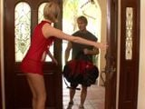 Me pongo un vestido muy corto para recibir al nuevo vecino - Infieles