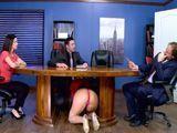 En plena reunión y tiene a la secretaria debajo de la mesa - HD