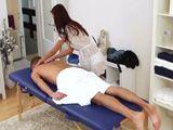 Se gana la vida dando masajes con final muy feliz !! - Masajes Porno