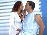 Tremendo como la doctora mete mano a su paciente - Sexo Fuerte