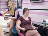 La clienta no se entera, a la peluquera la comen el coño - Xvideos