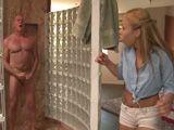 Pillo a mi suegro haciéndose una paja en la ducha - Sexo Fuerte