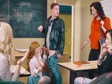 La directora pilla a profesora y alumno follando en clase - Porno HD