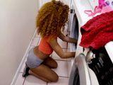 Bajo a la lavandería .., vaya culo que tiene la mulata !! - Negras