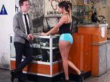 Intenta ligarse en el gimnasio a un joven veinteañero - Casadas
