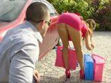 La vecina se agacha a por las bolsas y no lleva bragas !! - Porno HD