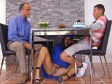 Mi padre no se da cuenta, mi chica se mete bajo la mesa - HD