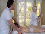 La clienta echa mano al paquete de su masajista ... - Masajes Porno