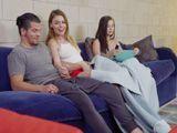 Mi amiga empezó a masturbar a su marido en el sofá - HD