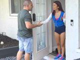 Un apuesto vendedor llama a la puerta de casa … - XXX