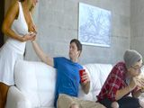Mientras mi hijo ve la televisión yo tonteo con su amigo - Porno HD