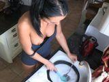 Mientras friega los platos enseña una teta - Morenas