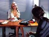 La secretaria se empieza a tocar delante de mí ... - Secretarias