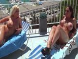 Mi mujer y su mejor amiga tomando el sol en tetas - Españolas