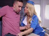 A esta zorra azafata le gusta follar con los pasajeros - HD