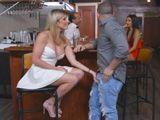 Mamá baja a tomarse una copa al bar con un amigo - Zorras