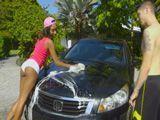 Ayudo a mi vecina a lavar el coche, que culo tiene !! - Negras