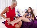 Mamá me da un masaje en los pies y me ha gustado !! - Incestos