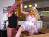 Un misteriosa mujer sale de la caja, mi regalo de cumpleaños - Rubias