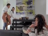 Mientras la madre ve la televisión el hijo se folla a la novia - Porno Español