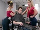 Tremendo como las peluqueras acosan al joven cliente - Zorras
