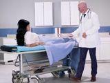 La paciente que se siente atraída por el apuesto doctor - XXX