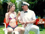 El vendedor de helados intenta ligar con una clienta - Xvideos