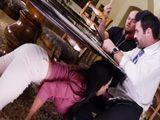 Mamá se mete bajo la mesa y la chupa, es muy zorra - Sexo Fuerte