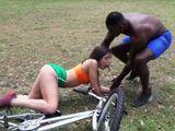 Se acaba de caer de la bici, un hombre negro le ayuda - Interracial