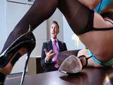 La jueza acaba enseñando el coño al apuesto abogado - XXX
