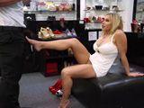 Va a comprarse unos zapatos y se folla al dependiente - Milf