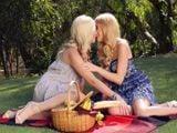 Tía y sobrina pasan el día en el campo muy juntitas … - Lesbianas