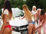 Ellas me lavan el coche y yo mientras les toco el culo - Porno HD