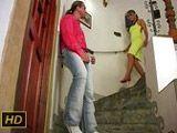 Pillo por banda a la vecina casada en el rellano - Casadas