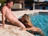 Mi vecina me la chupa en la piscina, es así de guarra - Sexo Fuerte
