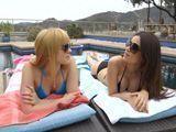 Sus maridos trabajando, ellas relajadas en la piscina - Lesbianas