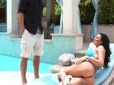 La vecina se pone un bikini para bajar a la piscina que ... - Vecinas