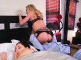 Mi mujer duerme, mientras, le como el coño a su madre - Porno HD
