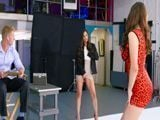Mi ayudante se toca viendo a la joven modelo posar - Lesbianas