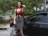 Me pide por favor que la ayude a mirar el aceite del coche - Porno HD