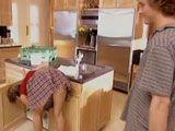 Pillo a mamá muy sexy en la cocina - Incestos