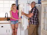 Coincido en la cocina con mi tío, me gusta tontear con él - XXX