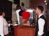 La camarera se sube a la barra para .., dios que culo tiene - Sexo Fuerte